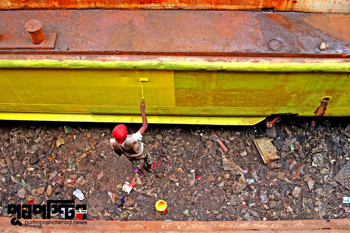 কেরাণীগঞ্জের ডকইয়ার্ডে লঞ্চ রং এর কাজ করছেন শ্রমিক । ছবিঃ জীবন আহমেদ