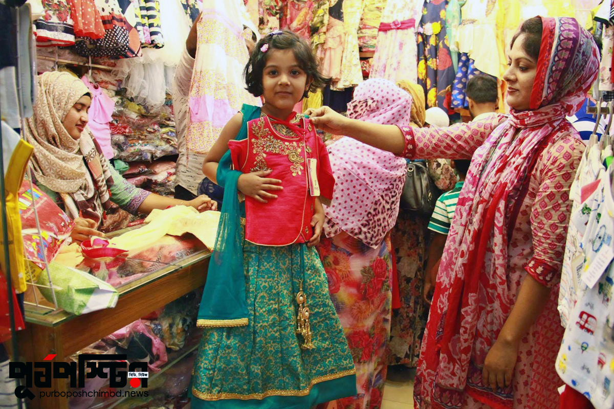 রাজধানীর বসুন্ধরা সিটি শপিং মলে থ্রি-পিসের দোকানে ক্রেতারা। ছবি: পূর্বপশ্চিমবিডি ডট নিউজ