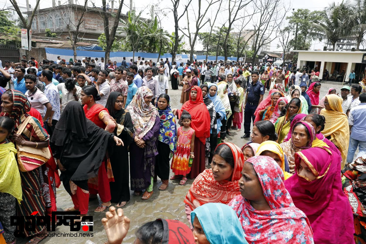 গাজীপুর সিটি করপোরেশন নির্বাচনে টঙ্গি পাইলট স্কুল কেন্দ্রে ভোটারদের লাইন। ছবি: পূর্বপশ্চিমবিডিডটকম