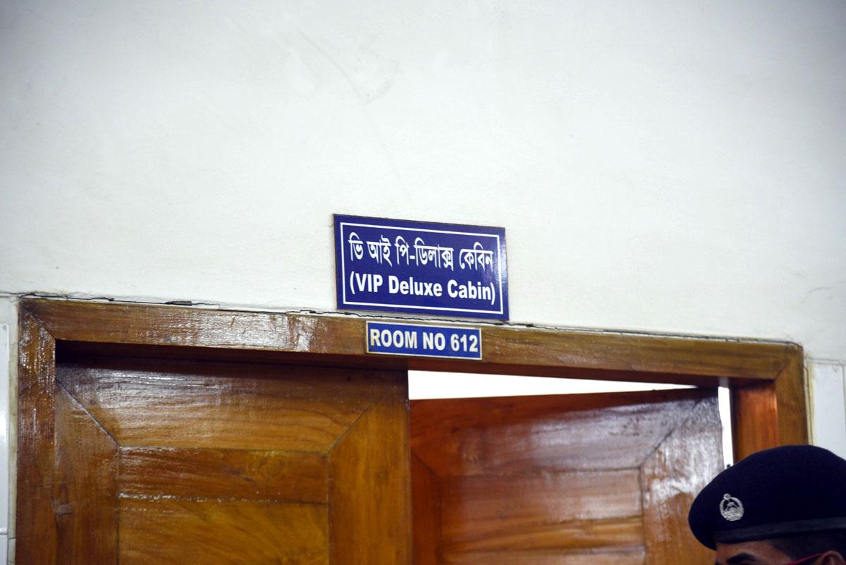 বিএনপির চেয়ারপারসন খালেদা জিয়াকে চিকিৎসার জন্য শনিবার কারাগার থেকে বঙ্গবন্ধু শেখ মুজিব মেডিকেল বিশ্ববিদ্যালয় (বিএসএমএমইউ) হাসপাতালে নেয়া হয়।-পূর্বপশ্চিম নিউজ